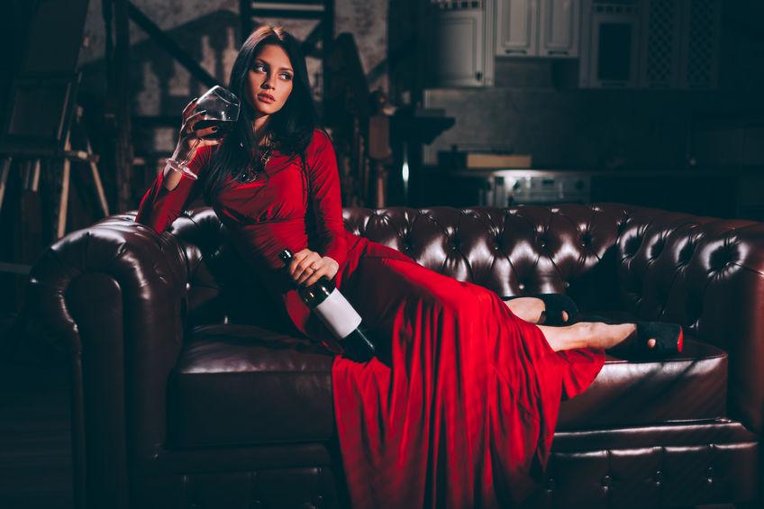 Frau mit rotem Kleid und Rotwein