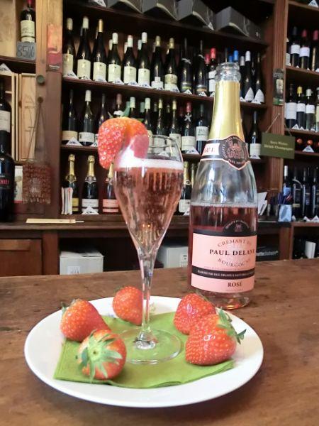 Rose Cremant mit Glas und Erdbeeren